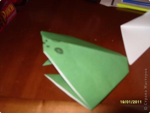 Лягушка из бумаги. Вырезали квадрат. Ребёнок (2г. 11 мес) сам сложил треугольник. фото 6