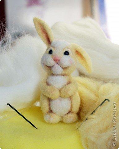 Вот такой зайчик у меня получился, благодаря МК Елены Смирновой: http://utichka.livejournal.com/116035.html. Спасибо ей огромное за вдохновение!!! Мой малыш не такой красавчик, как Поночка, но я его уже успела полюбить))) (моя дочечка - тоже) фото 1
