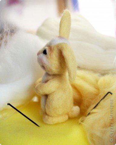 Вот такой зайчик у меня получился, благодаря МК Елены Смирновой: http://utichka.livejournal.com/116035.html. Спасибо ей огромное за вдохновение!!! Мой малыш не такой красавчик, как Поночка, но я его уже успела полюбить))) (моя дочечка - тоже) фото 2