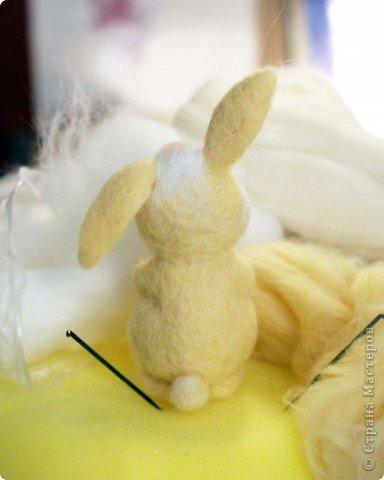 Вот такой зайчик у меня получился, благодаря МК Елены Смирновой: http://utichka.livejournal.com/116035.html. Спасибо ей огромное за вдохновение!!! Мой малыш не такой красавчик, как Поночка, но я его уже успела полюбить))) (моя дочечка - тоже) фото 3