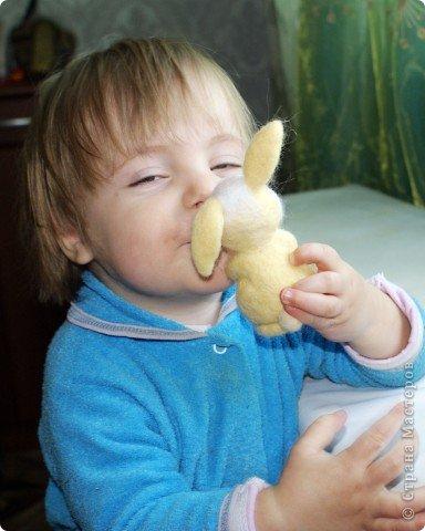Вот такой зайчик у меня получился, благодаря МК Елены Смирновой: http://utichka.livejournal.com/116035.html. Спасибо ей огромное за вдохновение!!! Мой малыш не такой красавчик, как Поночка, но я его уже успела полюбить))) (моя дочечка - тоже) фото 5