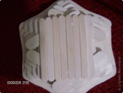 Вот такая ваза получилась у моего старшего сына(12лет) из палочек от мороженого, которые по случаю попали к нам в руки. фото 2