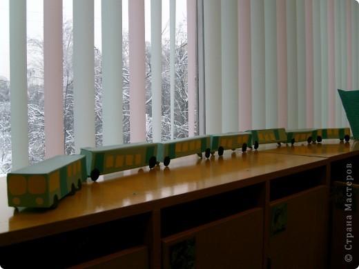 В детском саду с детьми на занятии сделали паровозик из каробочек от зубной пасты.