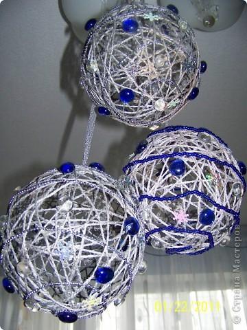 Мне очень понравилось делать шары из шпагата и, конечно, к Новому году я украсила квартиру вот такими шарами. фото 1