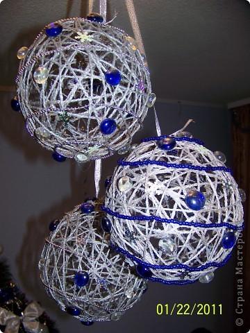 Мне очень понравилось делать шары из шпагата и, конечно, к Новому году я украсила квартиру вот такими шарами. фото 2