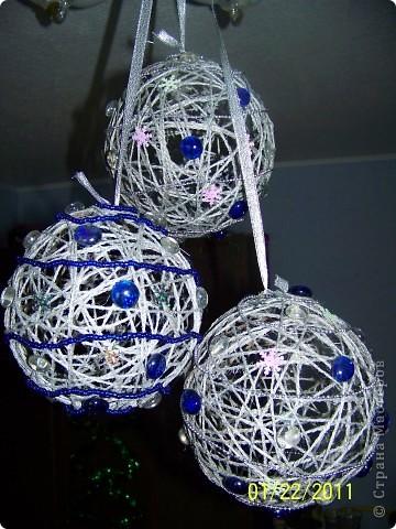 Мне очень понравилось делать шары из шпагата и, конечно, к Новому году я украсила квартиру вот такими шарами. фото 3