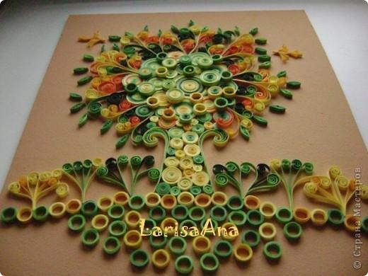 Декоративный сюжет дерева родился давно, ещё делая маленькие деревья-ЗИМА-ЛЕТО! Обещала ещё и осень-весна, но времени не хватает- вот хочу показать дерево-РАДОСТЬ! Люблю соединять элементы квиллинга с декоративной композицией! Размер 24х29см фото 4