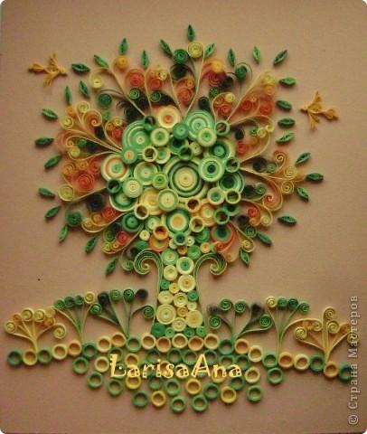 Декоративный сюжет дерева родился давно, ещё делая маленькие деревья-ЗИМА-ЛЕТО! Обещала ещё и осень-весна, но времени не хватает- вот хочу показать дерево-РАДОСТЬ! Люблю соединять элементы квиллинга с декоративной композицией! Размер 24х29см фото 1