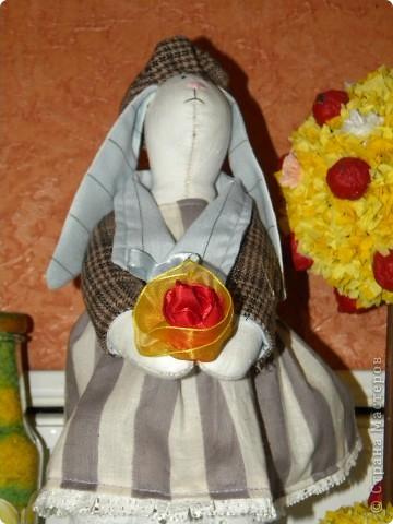 Мне очень нравятся игрушки в исполнении Татьяны Коннэ. Я уже почти полгода регулярно хожу на ее сайт, смотрю на чудесных заек-коровок-овечек-мышек и т.д. В конце концов вдохновилась решила тоже сотворить что-то подобное. Вот, что у меня вышло фото 2