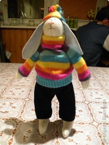 Мне очень нравятся игрушки в исполнении Татьяны Коннэ. Я уже почти полгода регулярно хожу на ее сайт, смотрю на чудесных заек-коровок-овечек-мышек и т.д. В конце концов вдохновилась решила тоже сотворить что-то подобное. Вот, что у меня вышло фото 3