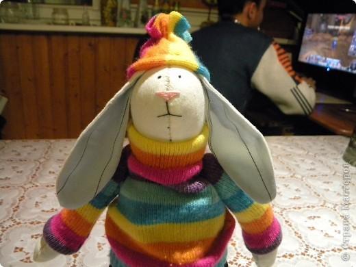 Мне очень нравятся игрушки в исполнении Татьяны Коннэ. Я уже почти полгода регулярно хожу на ее сайт, смотрю на чудесных заек-коровок-овечек-мышек и т.д. В конце концов вдохновилась решила тоже сотворить что-то подобное. Вот, что у меня вышло фото 4