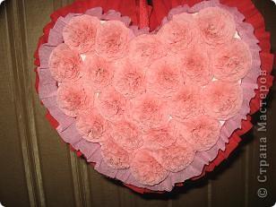 Валентинка двухстороняя, из любимых салфеточных цветочков, на каждую сторону ушло 23 штучки. Оборочки из креповой бумаги. фото 2