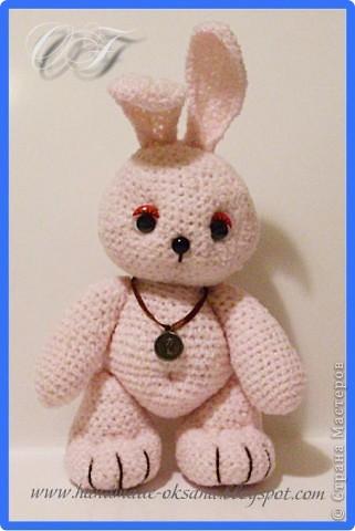 Вот такой зайчишка-крепышок получился:))) Его рост - 19 см. Связан из ниток типа букле, только не совсем букле, названия я не знаю, но с короткими ворсинками)))