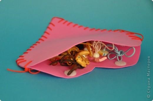 Дед Мороз подарил Доминике резиночки для волос и для них, конечно же, понадобилась сумочка. Из прессованной резины вырезала два сердечка, проделала дырочки. Доминика сшила швом через край. фото 1