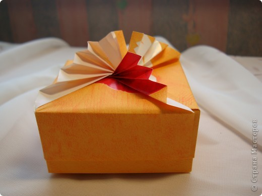 Давно присмотрела коробочки. http://kusudamas.virtbox.ru/another.html  Попробовала сложить.Складывала из бумаги для упаковки подарков.Брала квадраты 15х15см,коробочка получилась 8смх8см. фото 2