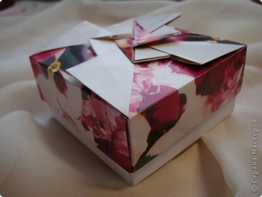 Давно присмотрела коробочки. http://kusudamas.virtbox.ru/another.html  Попробовала сложить.Складывала из бумаги для упаковки подарков.Брала квадраты 15х15см,коробочка получилась 8смх8см. фото 5