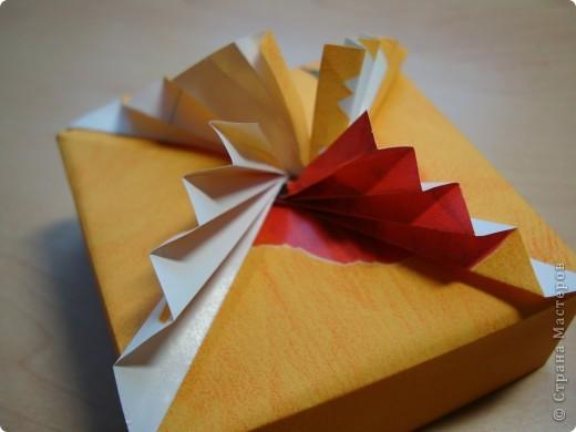 Давно присмотрела коробочки. http://kusudamas.virtbox.ru/another.html  Попробовала сложить.Складывала из бумаги для упаковки подарков.Брала квадраты 15х15см,коробочка получилась 8смх8см. фото 3