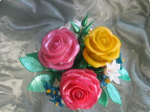 Мне подарили перламутровые краски по керамике и я решила покрасить ими этот букет.Цветы стали буд-то лакированые и совсем не похожие на настоящие.Но в целом результат мне понравился.Хочу показать его Вам: фото 2