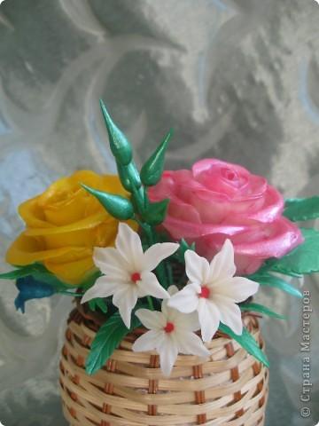 Мне подарили перламутровые краски по керамике и я решила покрасить ими этот букет.Цветы стали буд-то лакированые и совсем не похожие на настоящие.Но в целом результат мне понравился.Хочу показать его Вам: фото 3