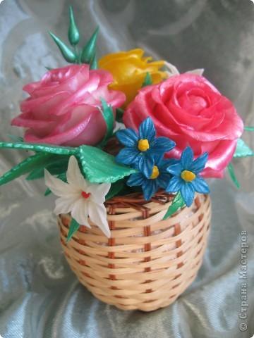 Мне подарили перламутровые краски по керамике и я решила покрасить ими этот букет.Цветы стали буд-то лакированые и совсем не похожие на настоящие.Но в целом результат мне понравился.Хочу показать его Вам: фото 4