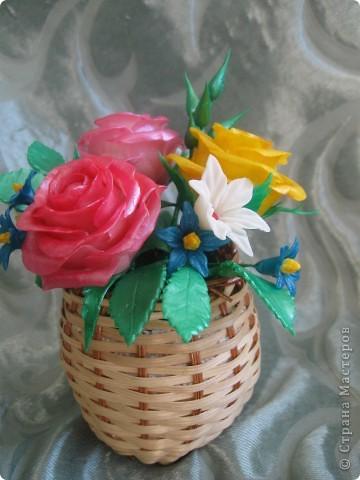 Мне подарили перламутровые краски по керамике и я решила покрасить ими этот букет.Цветы стали буд-то лакированые и совсем не похожие на настоящие.Но в целом результат мне понравился.Хочу показать его Вам: фото 5