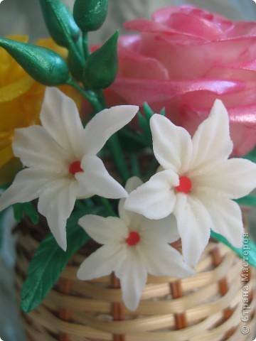 Мне подарили перламутровые краски по керамике и я решила покрасить ими этот букет.Цветы стали буд-то лакированые и совсем не похожие на настоящие.Но в целом результат мне понравился.Хочу показать его Вам: фото 6
