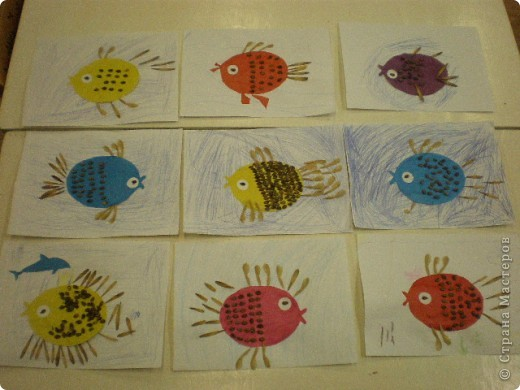 Занятие проводилось в подготовительной группе с детьми 6-7 летнего возраста. Рыбок вырезали по трафарету. Использовали семена арбуза и семена клёна. фото 1