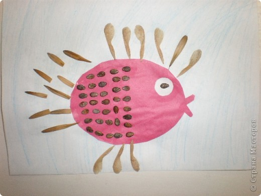 Занятие проводилось в подготовительной группе с детьми 6-7 летнего возраста. Рыбок вырезали по трафарету. Использовали семена арбуза и семена клёна. фото 3