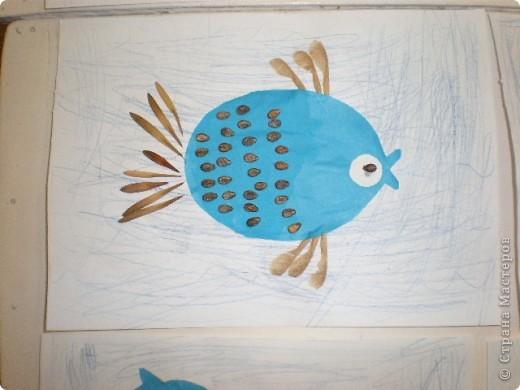 Занятие проводилось в подготовительной группе с детьми 6-7 летнего возраста. Рыбок вырезали по трафарету. Использовали семена арбуза и семена клёна. фото 4