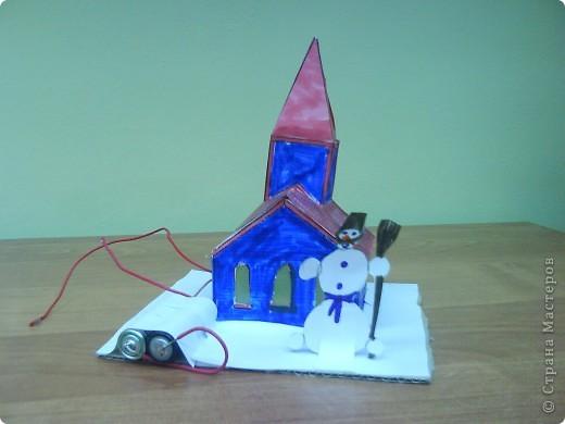 Этот домик сделал Коротков Миша.  При соединении проводов, загорается свет. фото 3