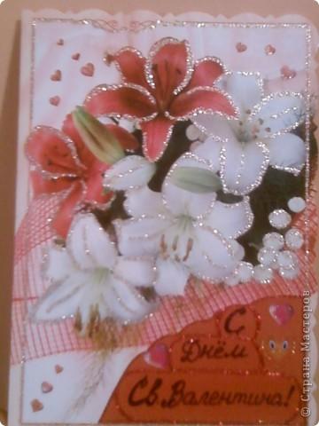 """Моя тетя решила выкинуть старые открытки. Я решила их забрать, так как они были с красивыми рисунками. Вот я и решила из старой открытки сделать валентинку. Так открытка была """"С Днем Рождения!"""", пришлось наклеить на эту надпись картон (красный треугольник внизу). На картоне гелевой фиолетовой ручкой металлик написала """"С Днем Св. Валентина!"""" (хотя можно и другое что-нибудь придумать). Буквы украсила декоративным клеем с блестками. Наклеила сердечки по периметру открытки - для соответствия празднику. Сердечки-наклейки покупала (стоят очень дешево).  фото 1"""
