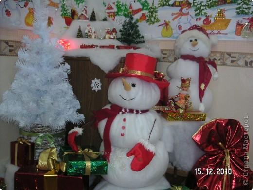 Группа снеговиков с подарками. фото 1