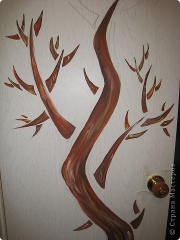 """Оставшись как-то вечером одна, решила потворить и облагородить свое """"гнездышко"""". На глаза попалась дверь. В общий интерьер квартиры она не вписывалась и решила заняться ей.  1. Как обычно наносим рисунок карандашом. В моем случае это было дерево.  фото 3"""