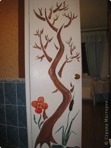 """Оставшись как-то вечером одна, решила потворить и облагородить свое """"гнездышко"""". На глаза попалась дверь. В общий интерьер квартиры она не вписывалась и решила заняться ей.  1. Как обычно наносим рисунок карандашом. В моем случае это было дерево.  фото 4"""