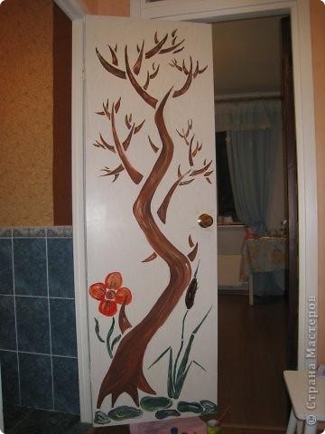 """Оставшись как-то вечером одна, решила потворить и облагородить свое """"гнездышко"""". На глаза попалась дверь. В общий интерьер квартиры она не вписывалась и решила заняться ей.  1. Как обычно наносим рисунок карандашом. В моем случае это было дерево.  фото 6"""