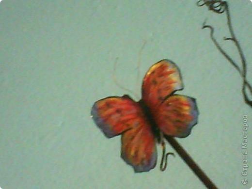 Я брала шёлковую ткань, желатинила её, посте того как высохла вырезала бабочек по шаблону,разукрасила,при помощи булек для изготовления цветов сделала прожилки и изгиб небольшой крылышек, из проволочки сделала усики. фото 2
