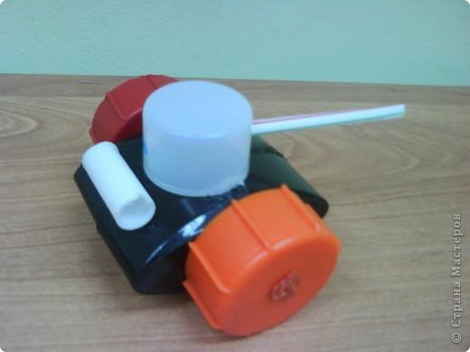 """Танки смастерили мальчики на занятии кружка. В ход пошли пластиковые материалы: крышки, трубочки,капсулы от  киндер-сюрприза, пластиковые бутылочки, кнопки от сломанной игрушки. Детали """"припаивали """" выжигателем.  фото 2"""