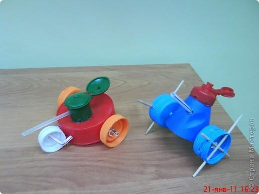 """Танки смастерили мальчики на занятии кружка. В ход пошли пластиковые материалы: крышки, трубочки,капсулы от  киндер-сюрприза, пластиковые бутылочки, кнопки от сломанной игрушки. Детали """"припаивали """" выжигателем.  фото 8"""