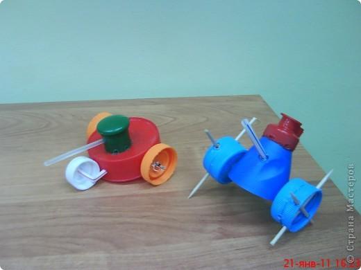 """Танки смастерили мальчики на занятии кружка. В ход пошли пластиковые материалы: крышки, трубочки,капсулы от  киндер-сюрприза, пластиковые бутылочки, кнопки от сломанной игрушки. Детали """"припаивали """" выжигателем.  фото 7"""