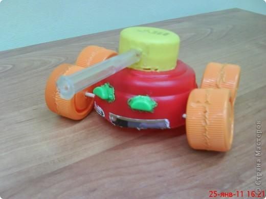 """Танки смастерили мальчики на занятии кружка. В ход пошли пластиковые материалы: крышки, трубочки,капсулы от  киндер-сюрприза, пластиковые бутылочки, кнопки от сломанной игрушки. Детали """"припаивали """" выжигателем.  фото 3"""