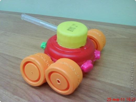 """Танки смастерили мальчики на занятии кружка. В ход пошли пластиковые материалы: крышки, трубочки,капсулы от  киндер-сюрприза, пластиковые бутылочки, кнопки от сломанной игрушки. Детали """"припаивали """" выжигателем.  фото 4"""