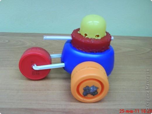 """Танки смастерили мальчики на занятии кружка. В ход пошли пластиковые материалы: крышки, трубочки,капсулы от  киндер-сюрприза, пластиковые бутылочки, кнопки от сломанной игрушки. Детали """"припаивали """" выжигателем.  фото 5"""