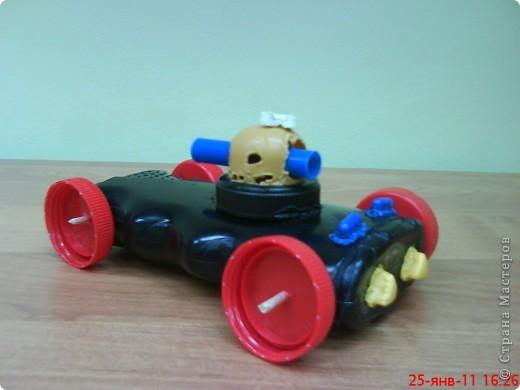 """Танки смастерили мальчики на занятии кружка. В ход пошли пластиковые материалы: крышки, трубочки,капсулы от  киндер-сюрприза, пластиковые бутылочки, кнопки от сломанной игрушки. Детали """"припаивали """" выжигателем.  фото 10"""