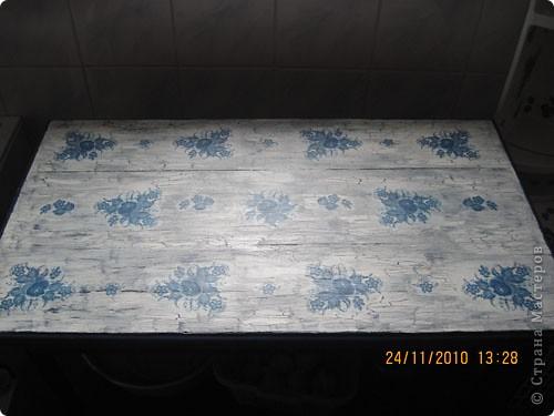 Пару лет назад рука не поднялась выбросить старенький потертый столик. Просто покрасила синей масляной краской. А летом узнала про декупаж и, вооружившись клеем ПВА, салфетками и остатками краски пошла учиться декупажу. Это моя вторая работа в этом стиле.  фото 1