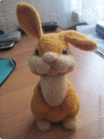 Ну вот готов и мой зайка по МК Елены Смирновой  http://utichka.livejournal.com/116035.html!!! Лена, большое спасибо за прекрасный мастер-класс!!!   Сестра сказала, что рыжих зайцев не бывает, значит это - кролик Рыжик))) фото 2