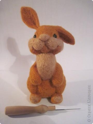 Ну вот готов и мой зайка по МК Елены Смирновой  http://utichka.livejournal.com/116035.html!!! Лена, большое спасибо за прекрасный мастер-класс!!!   Сестра сказала, что рыжих зайцев не бывает, значит это - кролик Рыжик))) фото 1