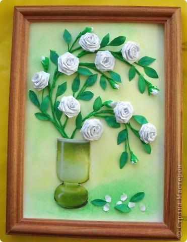 Веточки вьющейся белой розы в вазе