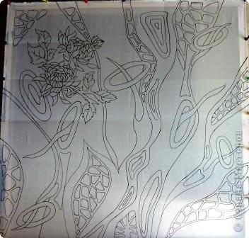 Натянуть ткань на подрамник, как можно сильнее. Расположить шаблон под ткань,обвести рисунок специальным фломастером( можно мягким простым карандашом). Но я  шаблон не использовала, работала сразу на ткани.Фантазировала. фото 1