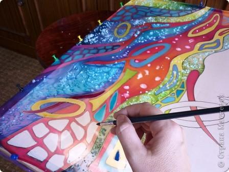 Натянуть ткань на подрамник, как можно сильнее. Расположить шаблон под ткань,обвести рисунок специальным фломастером( можно мягким простым карандашом). Но я  шаблон не использовала, работала сразу на ткани.Фантазировала. фото 6