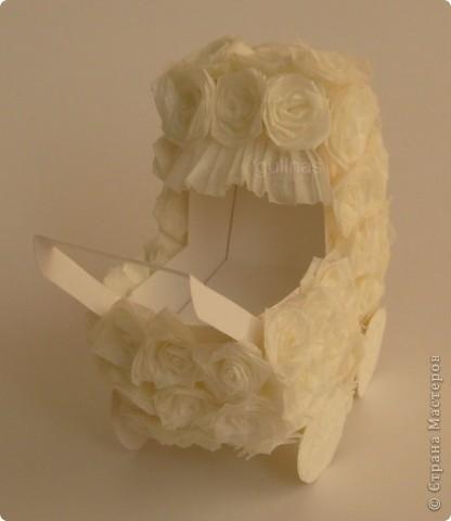 коляска сделана из белого картона. Розы выполнены в технике квиллинг (материал - калька) фото 2